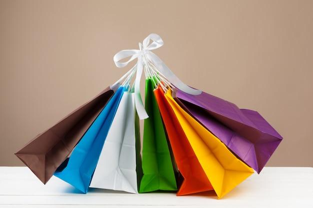 Anordnung für einkaufstaschen auf beige hintergrund