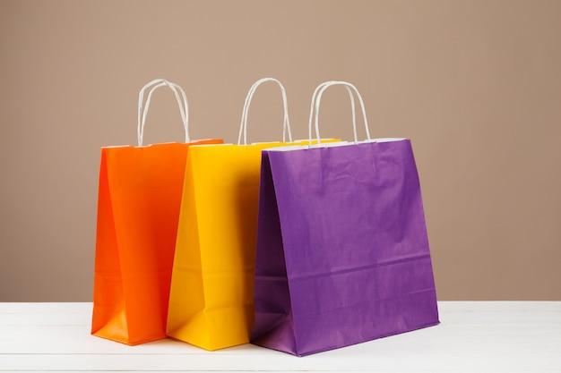 Anordnung für einkaufstaschen auf beige