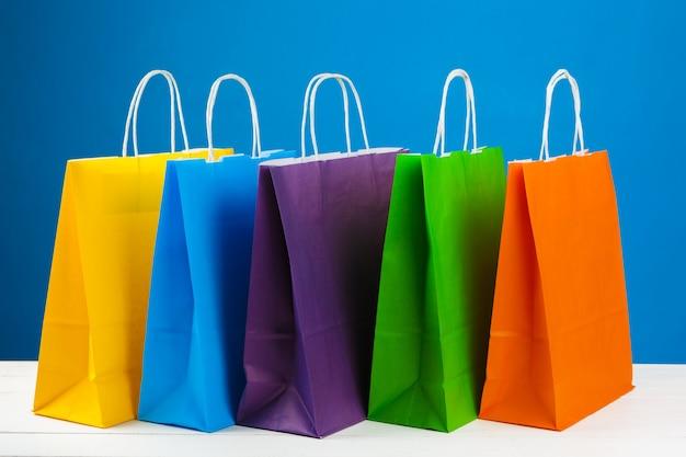 Anordnung für einkaufstaschen auf blau