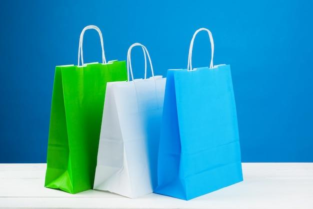 Anordnung für einkaufstaschen auf blauem hintergrund