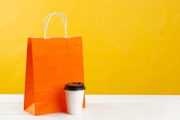 Anordnung für einkaufstaschen auf hellem gelb