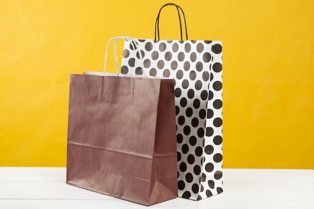 Anordnung für einkaufstaschen auf hellem gelbem hintergrund