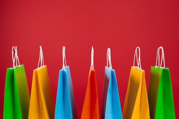 Anordnung für einkaufstaschen auf rot