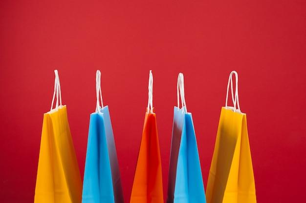 Anordnung für einkaufstaschen auf rotem hintergrund