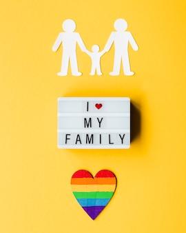 Anordnung für lgbt familienkonzept auf gelbem hintergrund