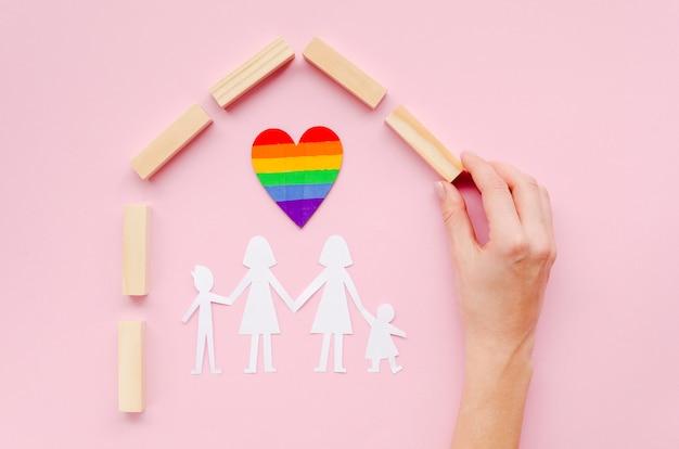 Anordnung für lgbt familienkonzept auf rosa hintergrund