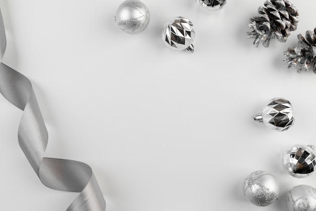Anordnung für silbernes farbband und weihnachtskugeln