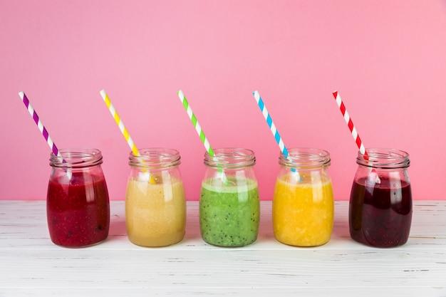 Anordnung für smoothies mit rosa hintergrund