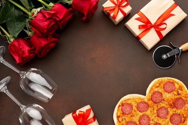 Anordnung für valentinstag mit herzförmiger pizza