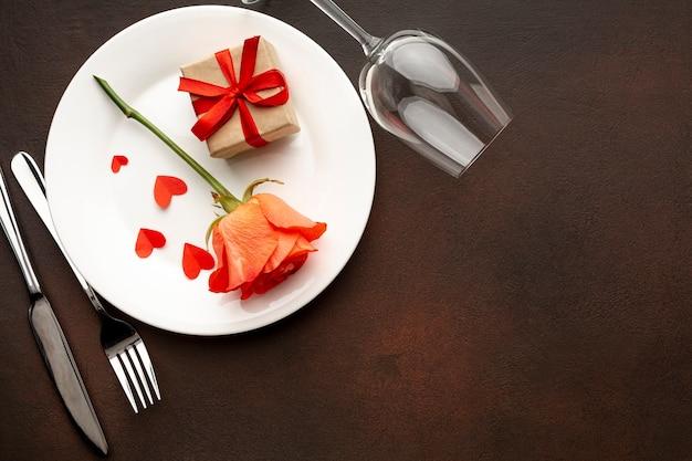Anordnung für valentinstagabendessen mit exemplarplatz