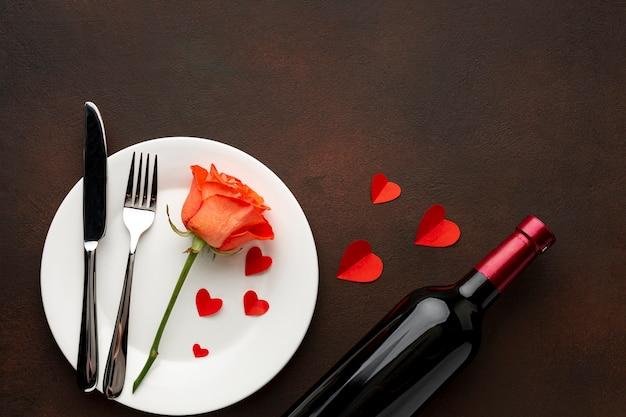 Anordnung für valentinstagabendessen mit orangenrose