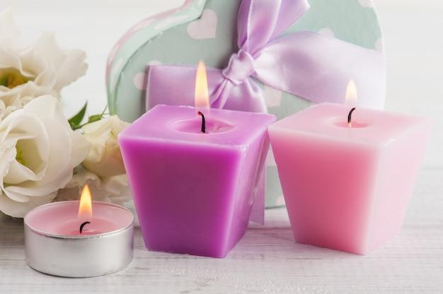 Anordnung für weiße eustomablumen, geschenkbox