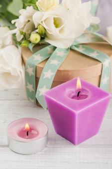 Anordnung für weiße eustomablumen, geschenkboxen