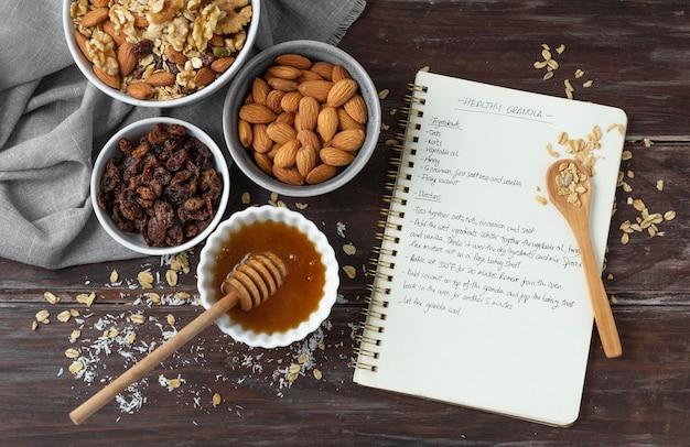Anordnung köstlicher zutaten in der küche