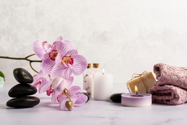 Anordnung mit badekurortblumen und -kerzen