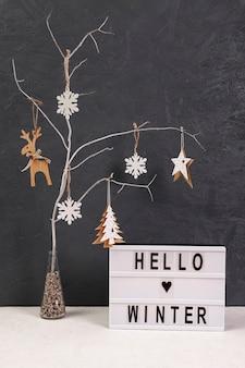Anordnung mit baum und hallo winterzeichen