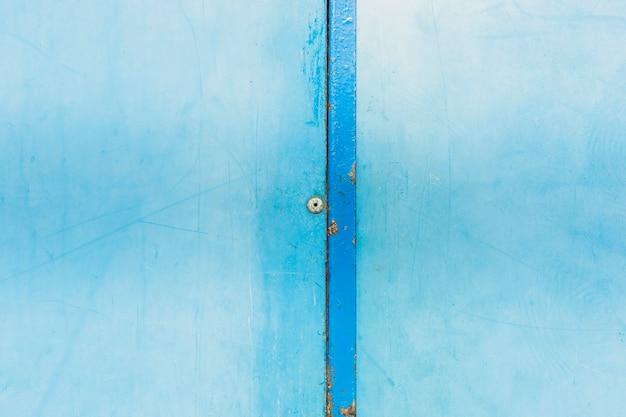 Anordnung mit blauer alter wand