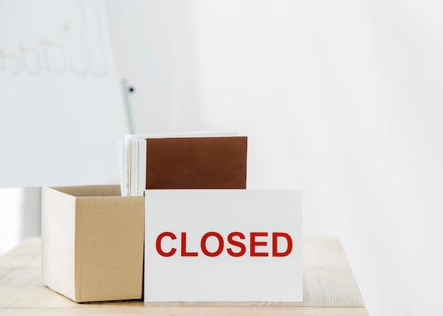 Anordnung mit box und geschlossenem schild