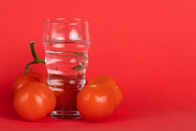 Anordnung mit frischen tomaten und exemplarplatz