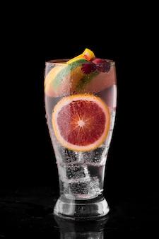 Anordnung mit getränk in einem hohen glas