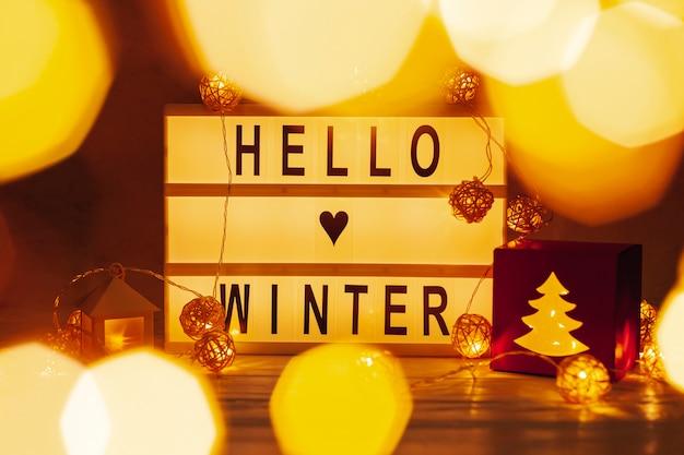 Anordnung mit hallo winterzeichen und -lichtern