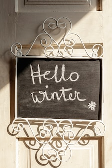 Anordnung mit hallo winterzeichen