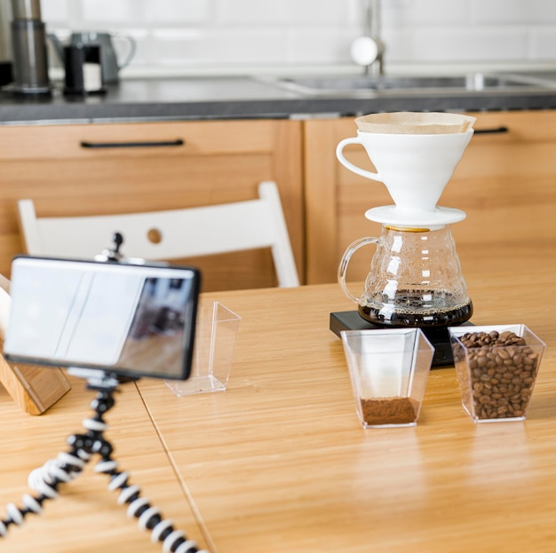 Anordnung mit kaffeemaschine und telefon
