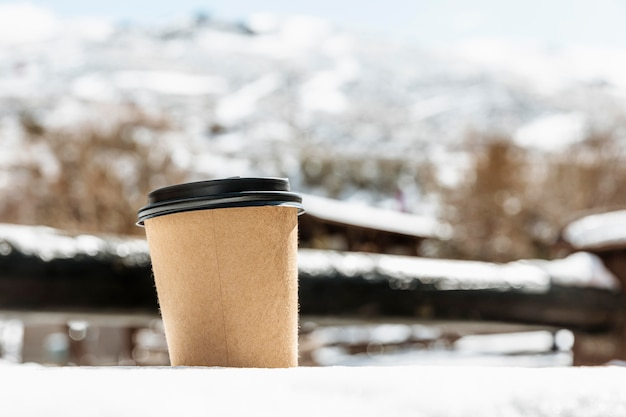 Anordnung mit kaffeetasse im freien