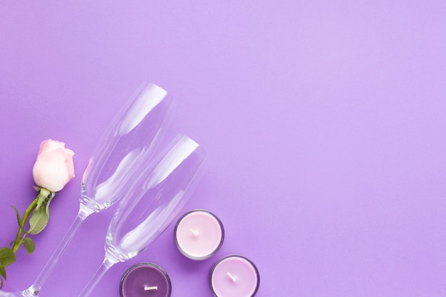 Anordnung mit kerzen auf purpurrotem hintergrund