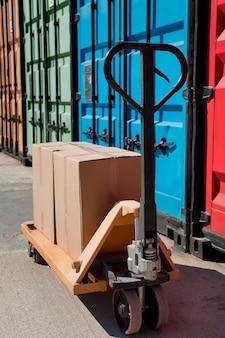 Anordnung mit kisten auf palettenhubwagen