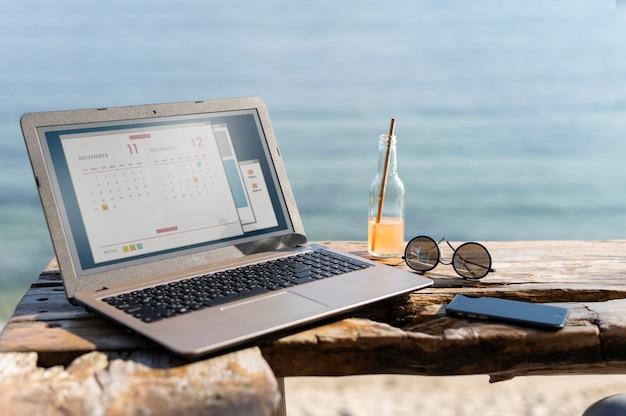 Anordnung mit laptop am meer
