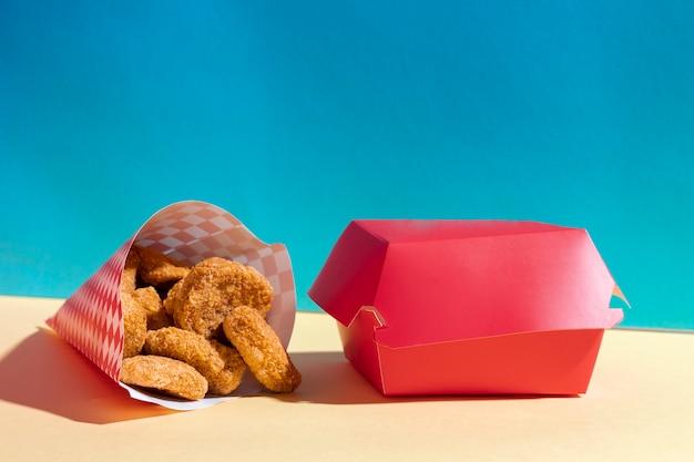Anordnung mit nuggets und rotem kasten