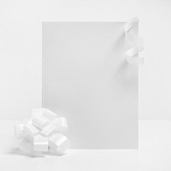 Anordnung mit papier und band