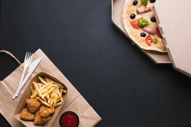Anordnung mit pizza, knusperigem und exemplarplatz
