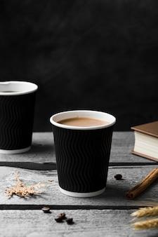 Anordnung mit tasse kaffee auf hölzernem hintergrund