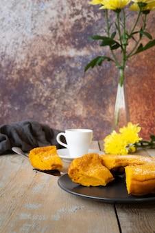 Anordnung mit tasse tee und köstlicher torte