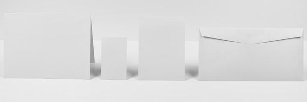 Anordnung mit umschlag und papierstücken