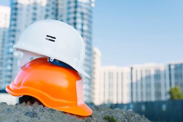 Anordnung mit verschiedenfarbigen helmen