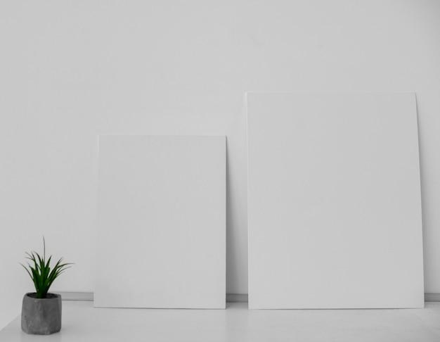 Anordnung mit weißen leinwänden im schlafzimmer