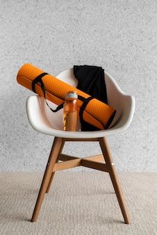 Anordnung mit yogamatte auf stuhl