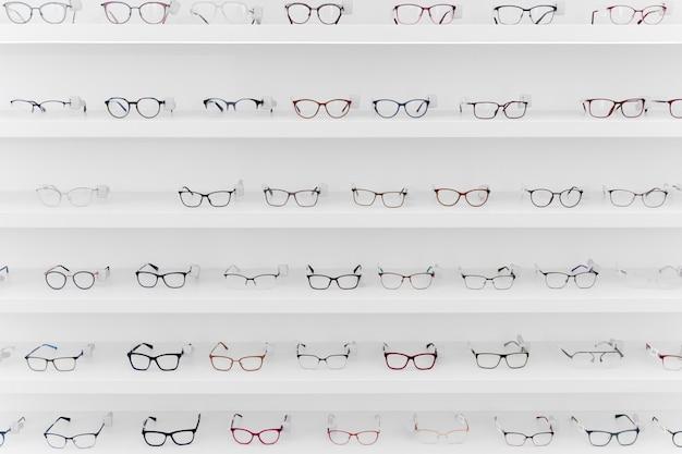 Anordnung verschiedener gläser in regalen