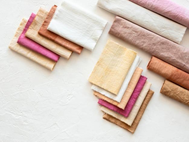 Anordnung verschiedenfarbiger tücher mit natürlichen pigmenten