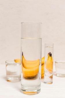 Anordnung von bananen und gläsern