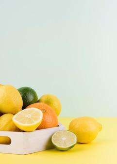 Anordnung von bio-früchten auf dem tisch