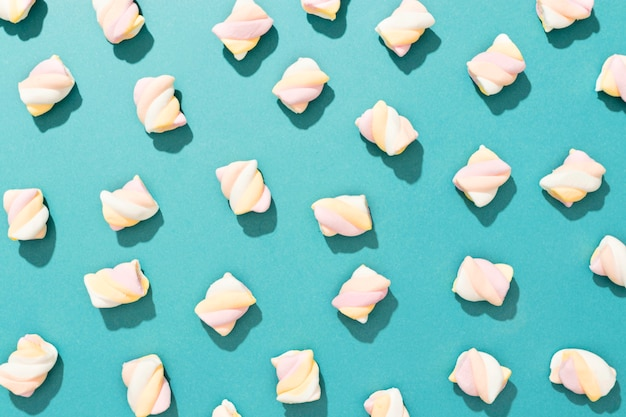 Anordnung von bonbons auf blauem hintergrund
