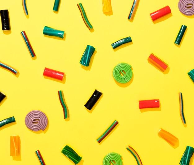 Anordnung von bonbons auf gelbem hintergrund