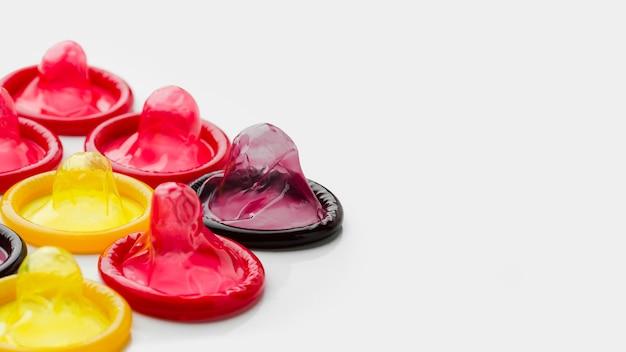 Anordnung von bunten kondomen mit kopierraum