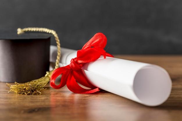 Anordnung von diplomen und abschlusskappen