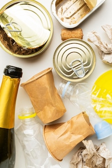 Anordnung von essensresten in dosen und champagner