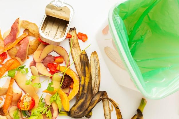 Anordnung von essensresten und abfallbehältern